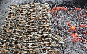 Dân dã món cá trích nướng chợ quê