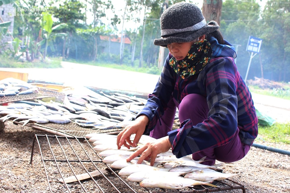 ngư dân quỳnh lưu sơ chế cá nướng
