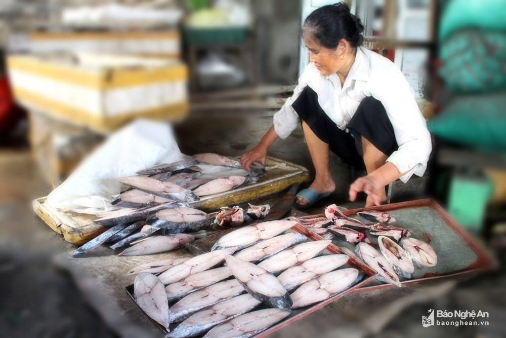 ngư dân chế biến cá nướng